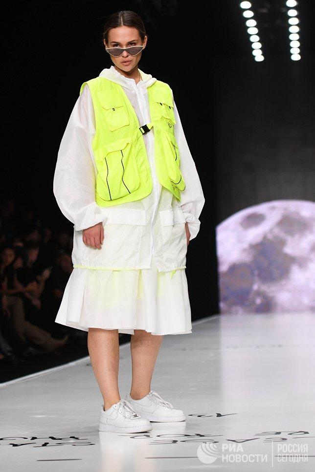 Модель демонстрирует одежду из новой коллекции компании Black Star Wear в рамках Mercedes-Benz Fashion Week Russia