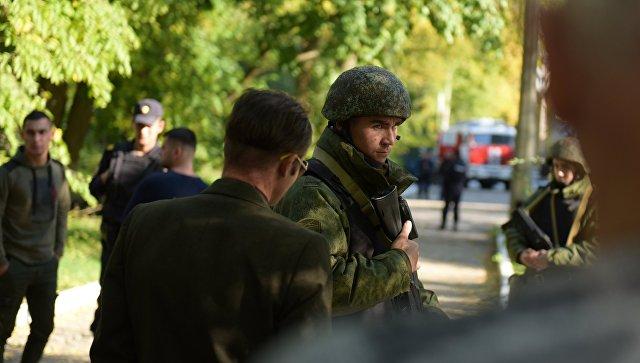 Военнослужащие у Политехнического колледжа в Керчи, в котором произошел взрыв