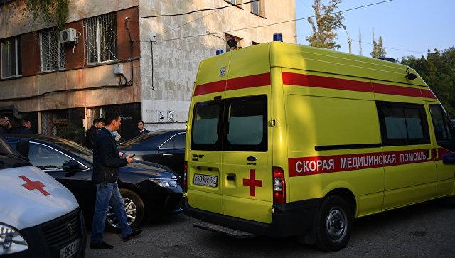 Автомобиль скорой помощи у Керченской больницы № 1 имени Н. И. Пирогова, в которую привозят пострадавших при нападении на Керченский политехнический колледж. 18 октября 2018