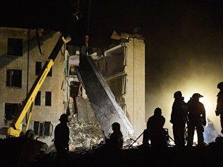 Разбор завалов и поисково-спасательные мероприятия пожарно-спасательными подразделениями МЧС РФ на заводе пиротехники Авангард в Гатчине Ленинградской области, где произошел взрыв. 19 октября 2018
