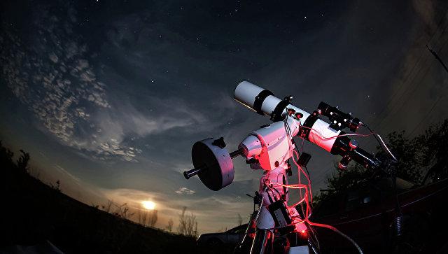 Телескоп на фоне звездного неба. Архивное фото