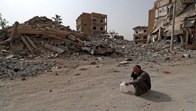Житель Ракки, чей дом был разрушен в ходе боев между войсками международной коалиции и террористами. 15 октября 2018