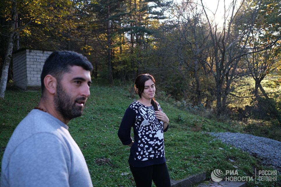 Вано и Ирина Павлиашвили показывают часовню в Балте.