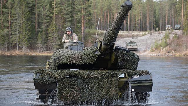 Танк Leopard 2 форсирует реку во время совместных учений войск НАТО Trident Juncture 2018 (Единый трезубец) в Норвегии. Архивное фото