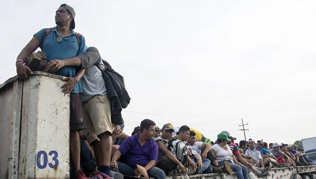 Мигранты из Гондураса, направляющиеся, в составе каравана, по территории Мексики в направлении границы с США. 1 ноября 2018