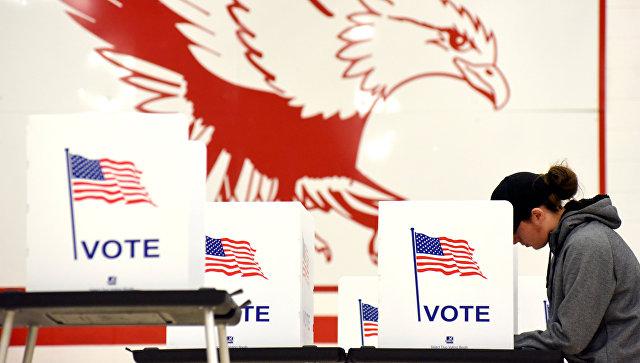 Голосование на промежуточных выборах на избирательном участке в Мэдисоне, штат Висконсин, США. 6 ноября 2018