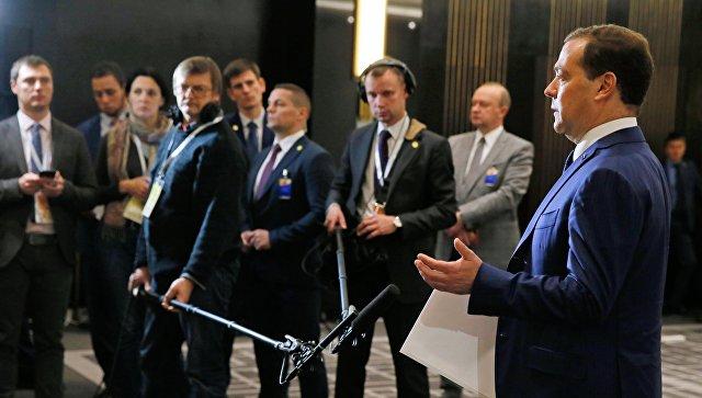 Председатель правительства РФ Дмитрий Медведев во время подхода к представителям российских СМИ. 7 ноября 2018