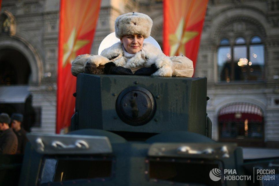 Участница марша, посвященного 77-летию военного парада 1941 года, на Красной площади в Москве