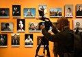 Посетитель на открытии выставки победителей IV международного конкурса фотожурналистики имени Андрея Стенина в Москве. 8 ноября 2018
