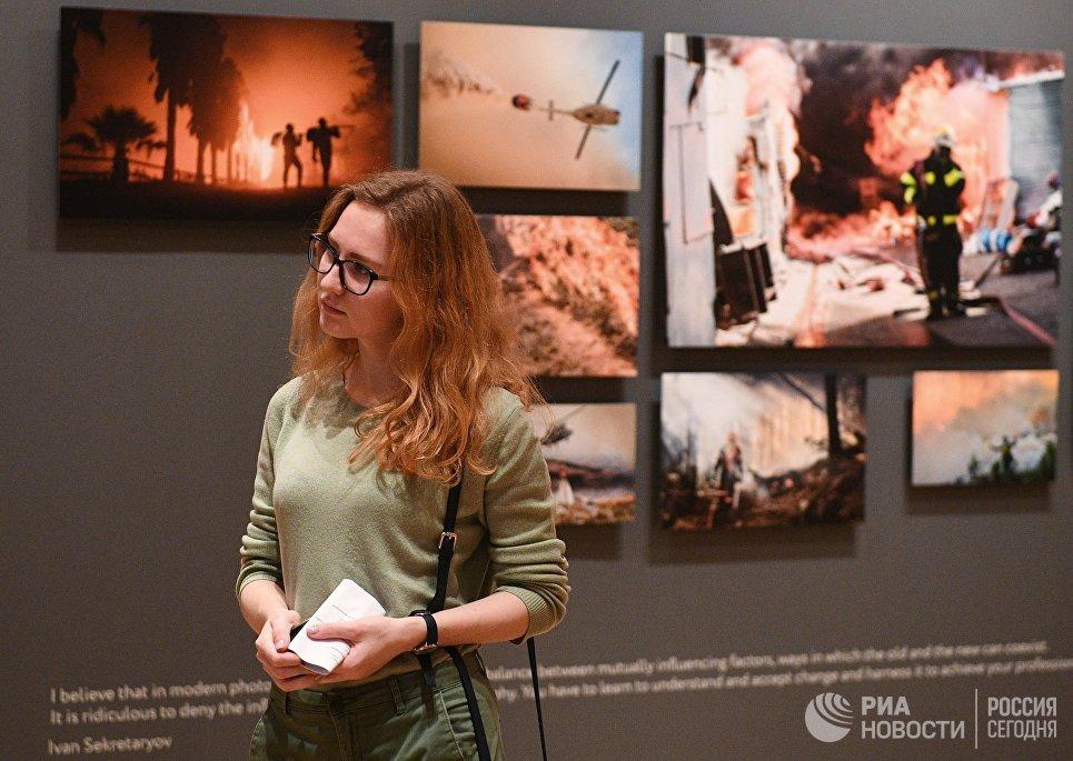 Посетительница на открытии выставки победителей IV международного конкурса фотожурналистики имени Андрея Стенина в Москве
