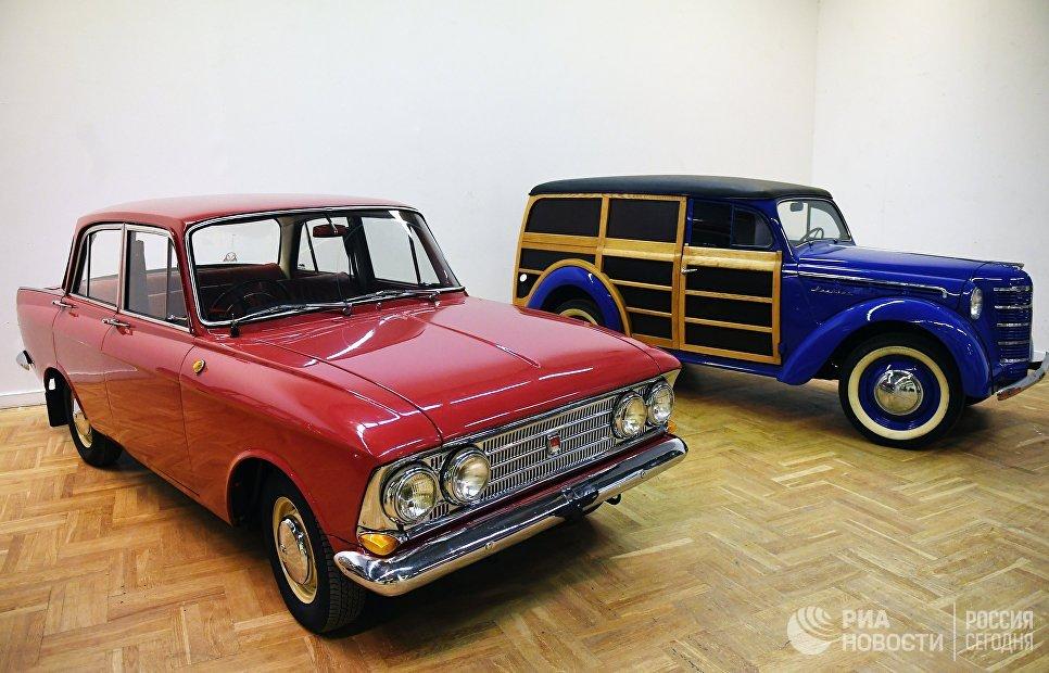 Автомобили Москвич-408 и грузовой фургон Москвич-401-422 на выставке Редкие автомобили в ЦДХ. 8 ноября 2018