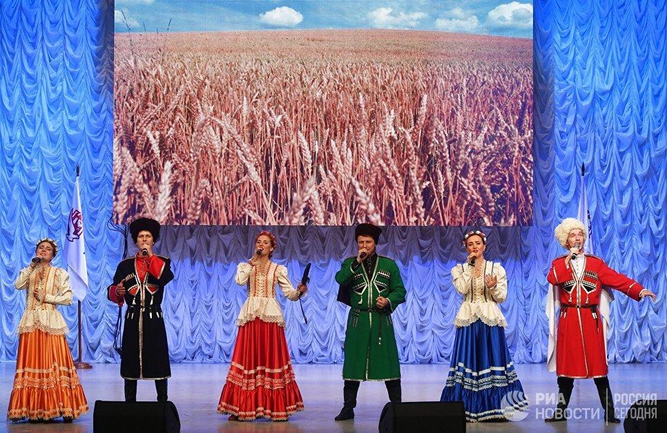 Фольклорный ансамбль Матрёна-Арт на фестивале творчества, посвященном Великому стоянию на реке Угре в 1480 году, в Калуге