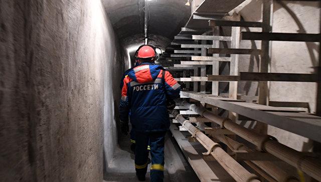 Сотрудники ПАО Московская объединенная электросетевая компания (МОЭСК) и ПАО Россети во время осмотра Автозаводского кабельного коллектора.