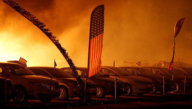 Американский флаг в охваченном пожаром городе Парадайс. Архивное фото