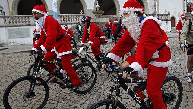 Велосипедисты в костюмах Санты