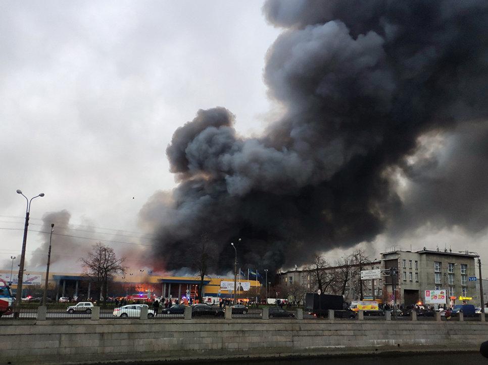 При пожаре в гипермаркете в Петербурге пострадал человек