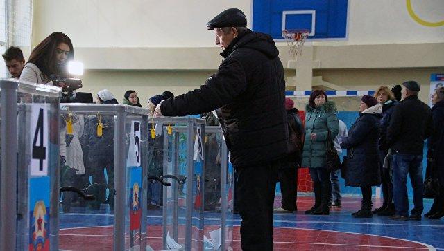 На одном из избирательных участков в Луганске в день выборовглавы и депутатов Народного совета Луганской народной республики. 11 ноября 2018