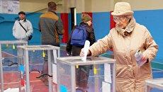 Голосование на избирательном участке в Луганске. Архивное фото