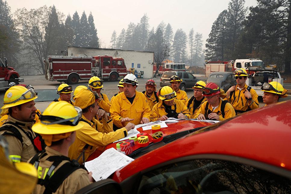 Пожарные обсуждают ситуацию с лесными пожарами в Калифорнии, США