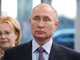 Президент РФ Владимир Путин во время посещения завода Герофарм в Санкт-Петербурге. 16 ноября 2018
