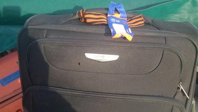 Георгиевская ленточка на чемодане у гражданина России, который летел на Украину. 17 ноября 2018