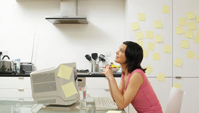 Женщина на кухне за работой. Архивное фото