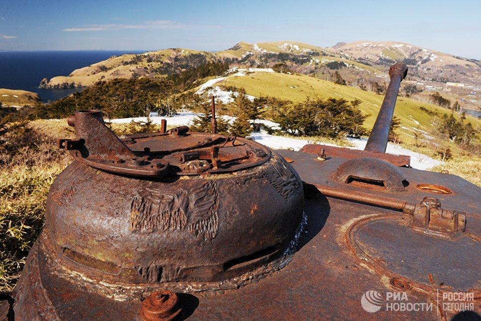 Танк ИС-2 в окрестностях поселка Крабозаводское на острове Шикотан Сахалинской области