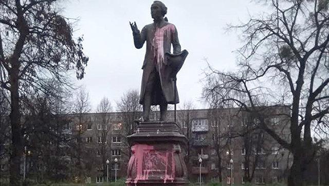 Неизвестные облили краской могилу философа Канта в Калининграде