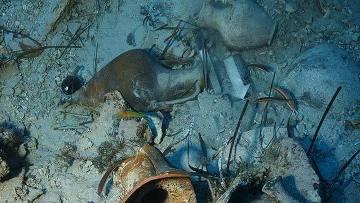 Амфоры на морском дне в месте обнаружения античного корабля в Греции