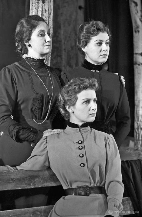 Сцена из спектакля по пьесе А.П.Чехова Три сестры