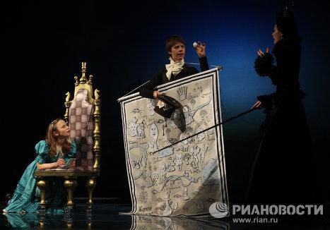 Вера Строкова в роли Алисы, Наджа Мэр в роли Черной королевы.