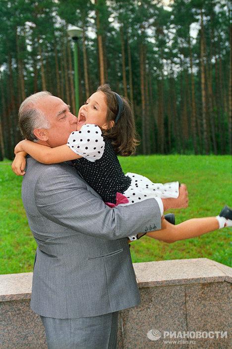 В.Черномырдин с внучкой