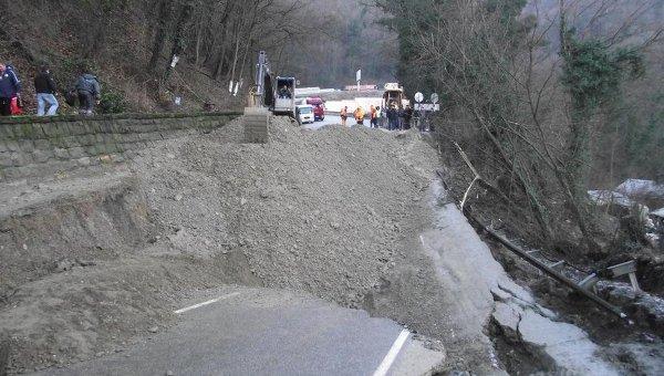 Оползень на трассе Джубга-Сочи в феврале 2011 года