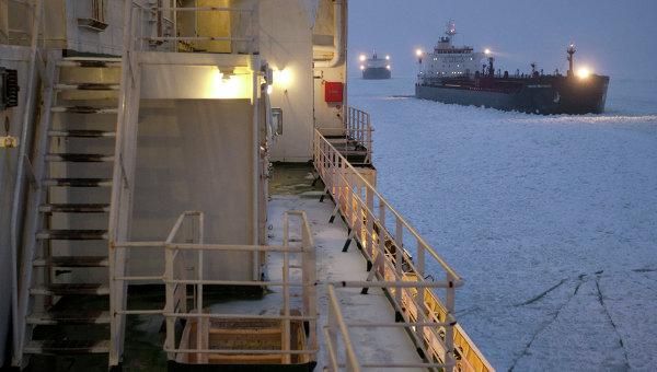 Атомный ледокол Вайгач проводит караван судов в Финском заливе
