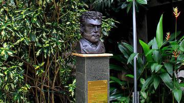 Памятник знаменитому исследователю Миклухо-Маклаю в Джакарте