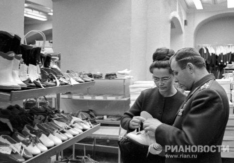 Гагаринс женой в магазине