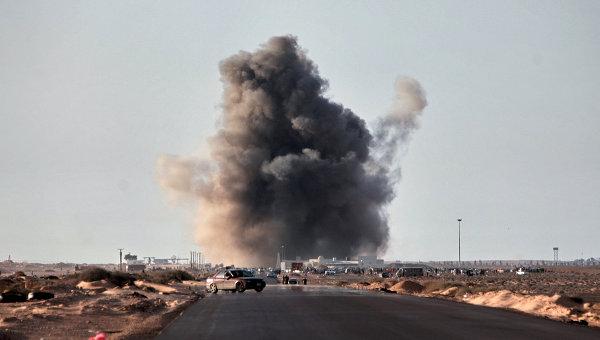 Взрыв ракеты, выпущенной истребителем, в городе Рас-Лануф
