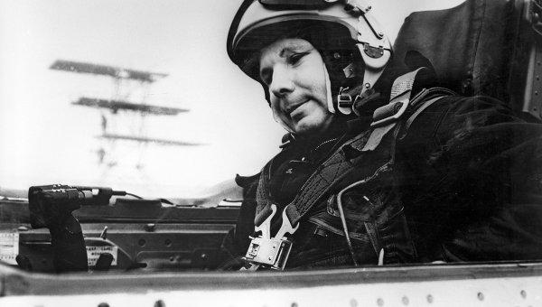 Герой Советского Союза, летчик-космонавт Юрий Гагарин в кабине самолета. Репродукция фотографии 1968 года.
