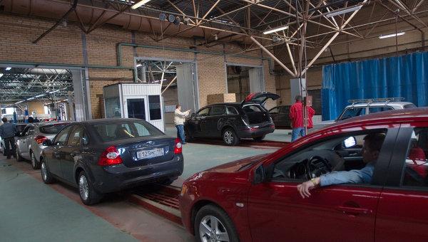 Работа пункта государственного технического осмотра автомобилей в Москве. Архив