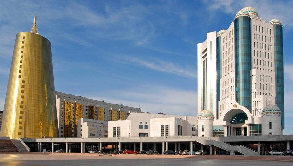 Здание парламента Республики Казахстан (справа). Архивное фото