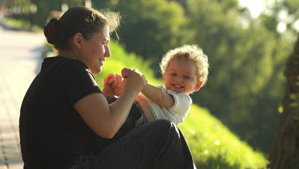 Мама с ребенком в одном из парков Нижнего Новгорода весной. Архивное фото