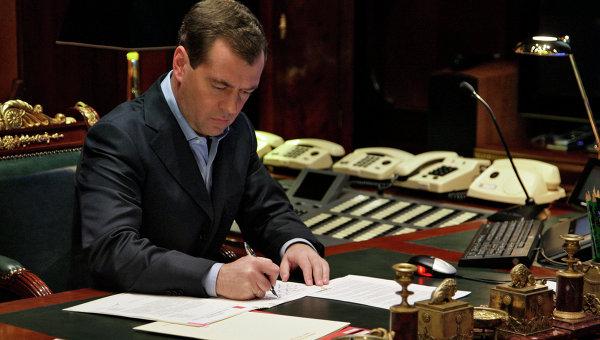 Президент России Дмитрий Медведев в рабочем кабинете. Архив