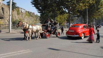 Гости праздника Тбилисоба на берегах Куры