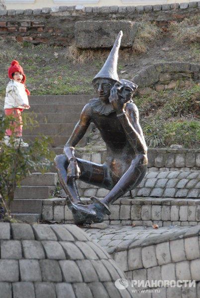 Памятник Арлекину в детском городе «Мзиури»