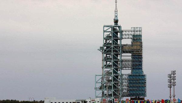 Космический аппарат Шэньчжоу-7 на пусковой площадке. Архивное фото