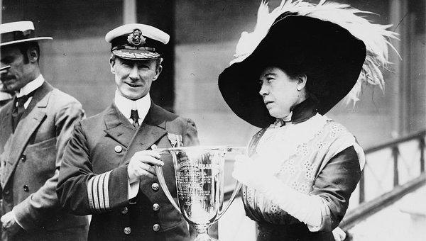 """Одна из пассажирок Титаника Маргарет Браун за спасение пассажиров вручает наградной кубок капитану """"Карпатии"""" Артуру Генри Рострону"""