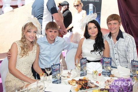 Роман Павлюченко и Дмитрий Торбинский с супругами