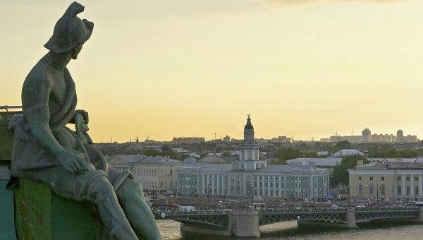 Вид на Кунсткамеру с крыши Эрмитажа в Санкт-Петербурге. Архив