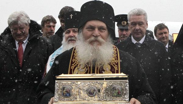 Настоятель греческого Ватопедского монастыря архимандрит Ефрем несет ковчег с Поясом Пресвятой Богородицы