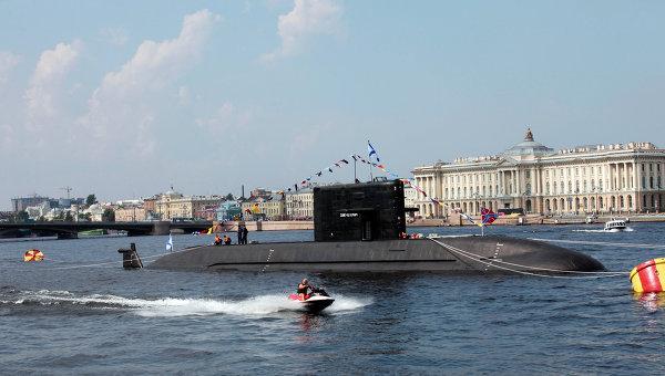 Дизельная подводная лодка проект Лада в акватории Невы.